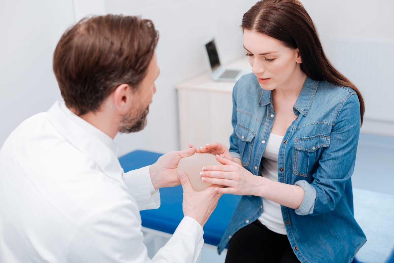 Existe conexión entre los implantes de seno y el cáncer?